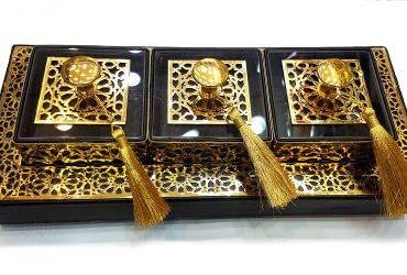 Des boites marron avec des gravures gold
