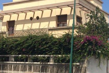Villa ensoleillée Trois façades de 425m² et a cote d'elle un Terrain nu de 376m²