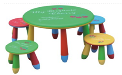Chaises en plastique et Table avec tabourets