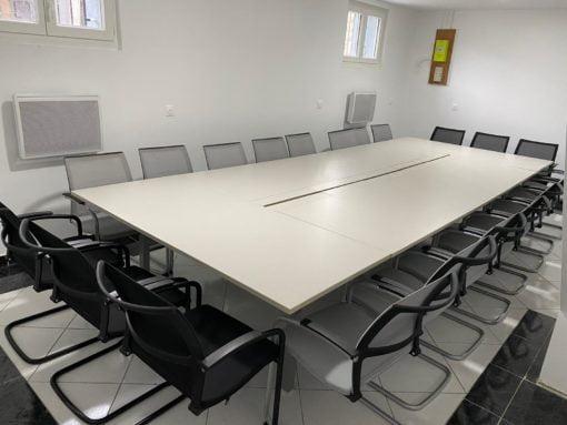 Table de réunion rectangulaire + 20 personnes