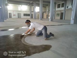 Travaux des revêtement du sol en résine époxy.