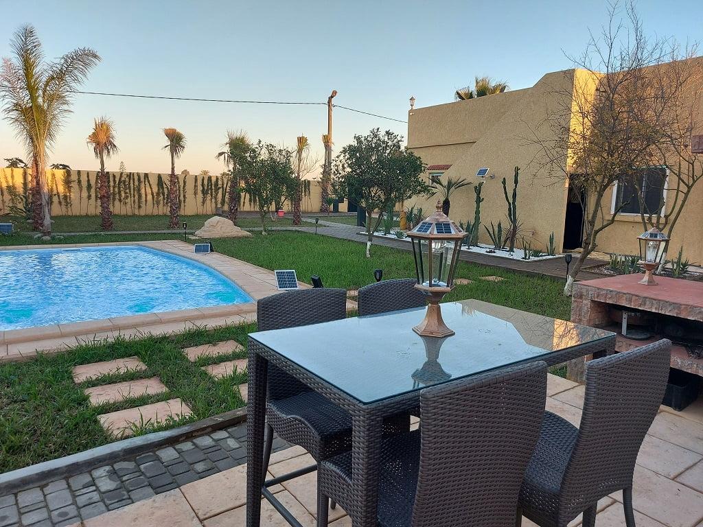 Terrain clôturé avec villa