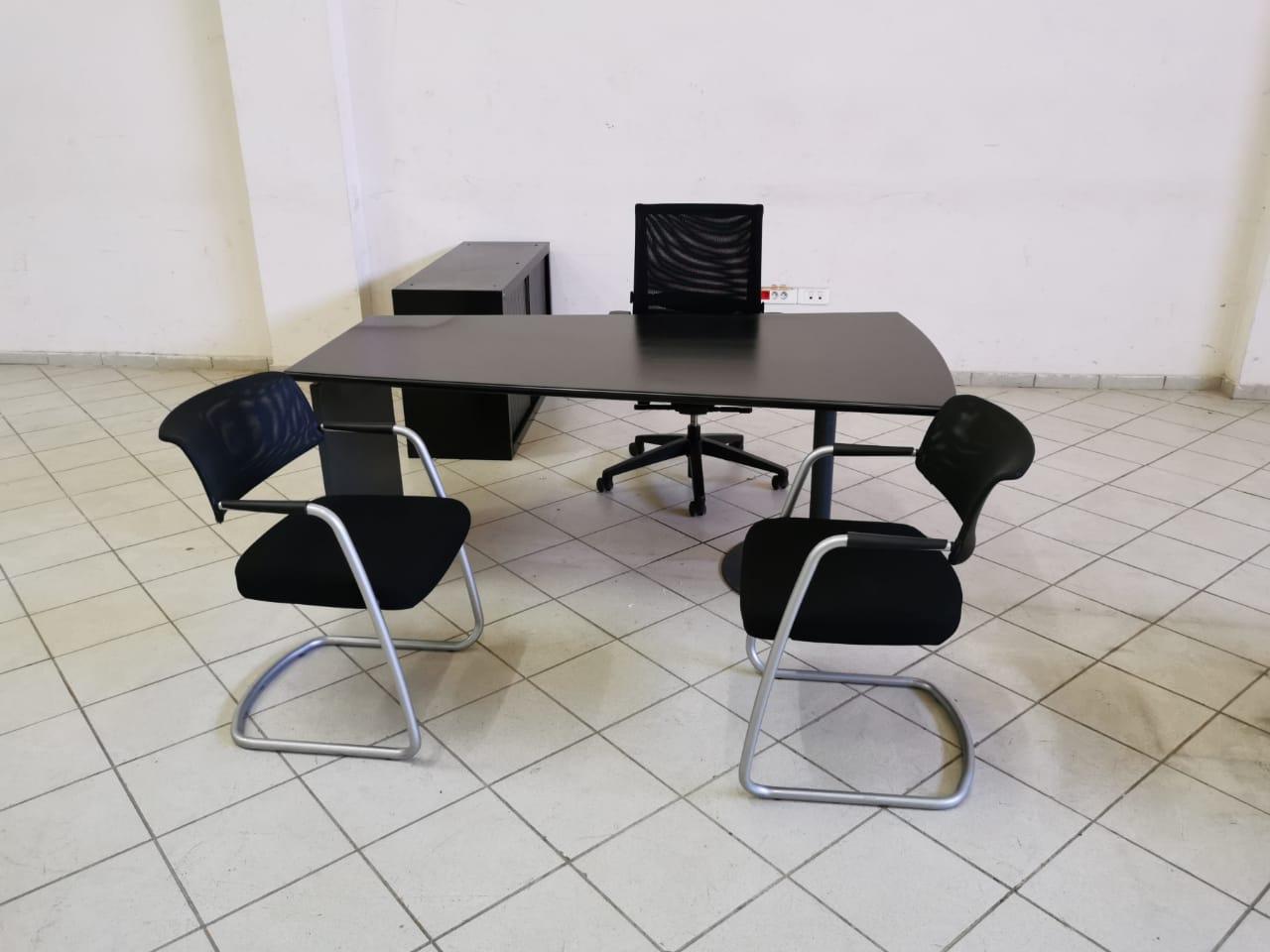 bureau de direction noir mat avec chaise armoire visiteur