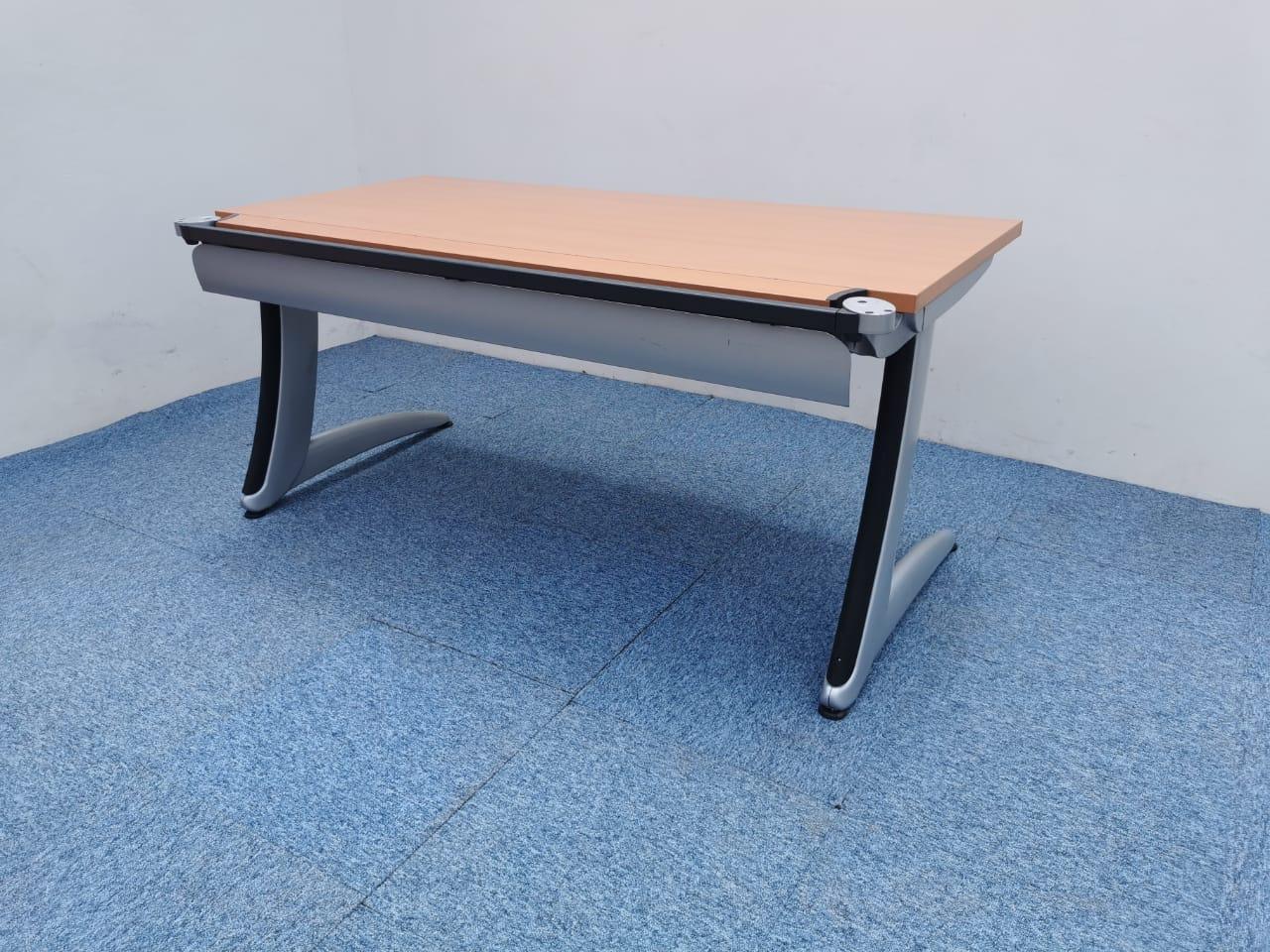 Bureau droit 160x80cm Steelcase couleur merisier