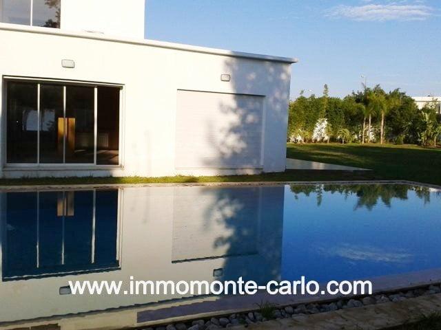Location villa vide d'architecture moderne neuve avec piscine à Souissi