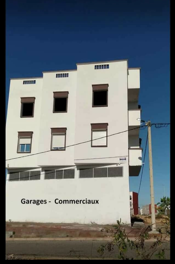 للبيع 3 محلات تجارية بواجهتين مساحتها 94 متر